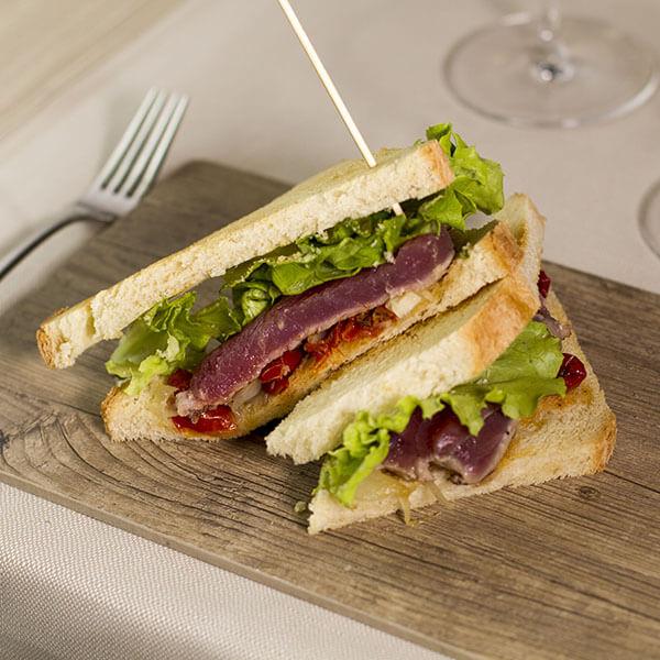 club-sandwich-al-tonno-aglio-e-oglio-ristorante