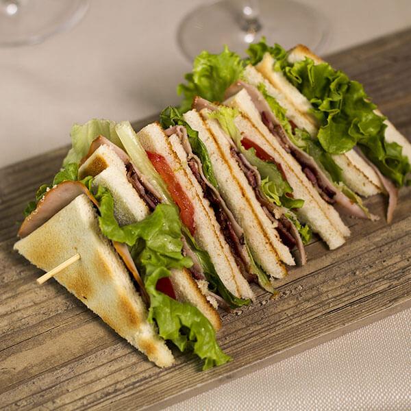 club-sandwich-classico-aglio-e-oglio-ristorante